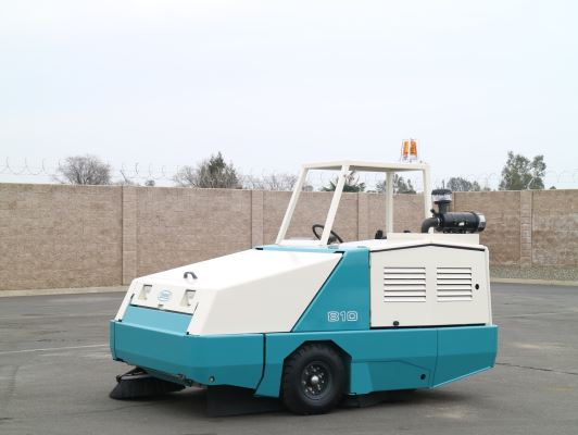 Tennant 810 Industrial Gas Powered Sweeper